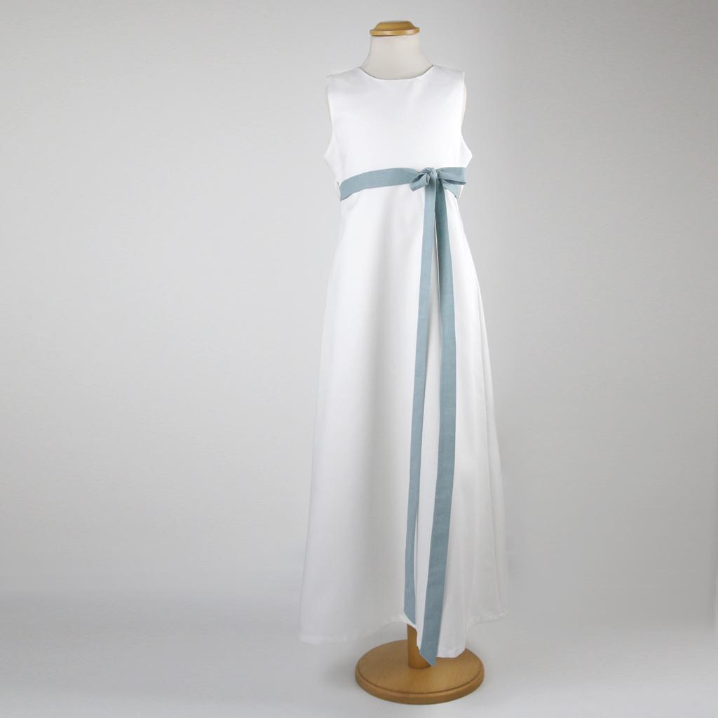 Ein natürliches Kommunionskleid mit blauer Schleife. Kommunionkleider aus München.