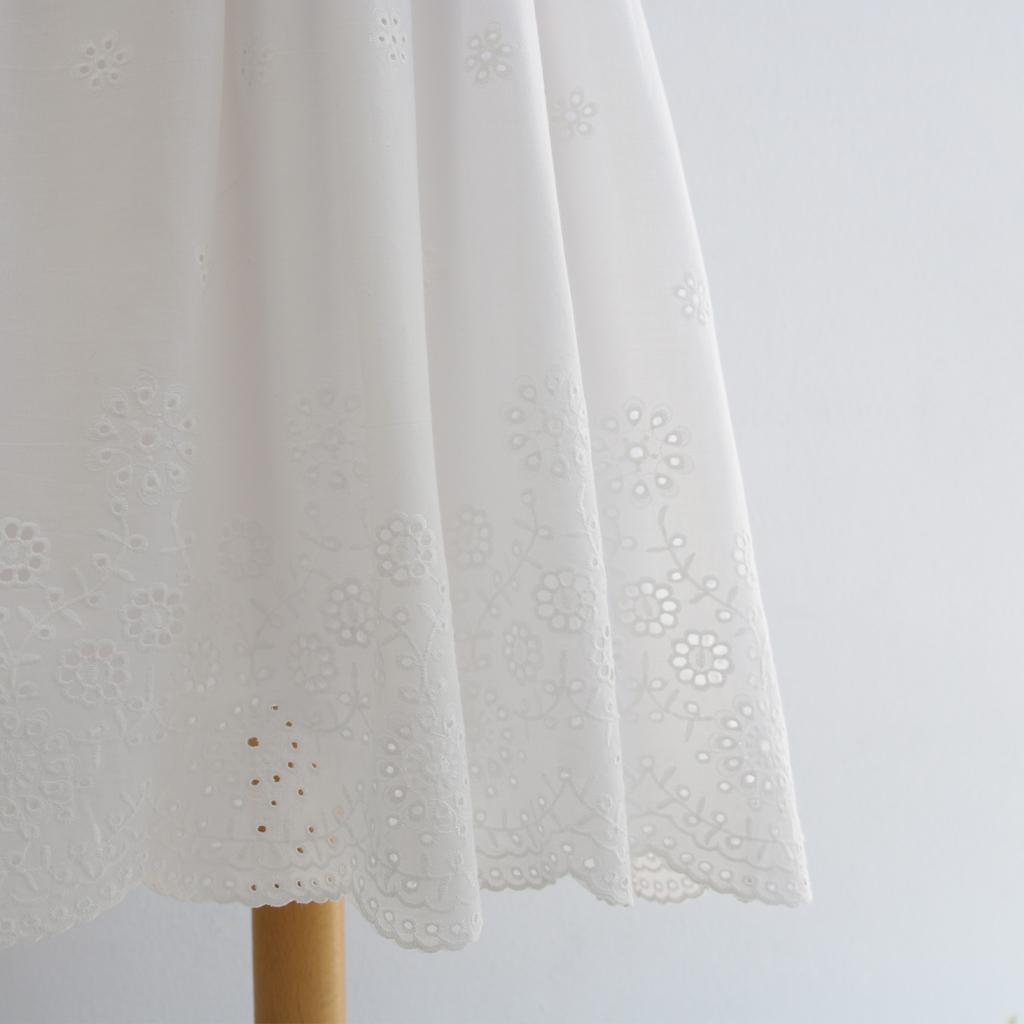 Das festliche Kommunionkleid mit besonderer Stickerei , kann auch im Sommer als Sommerkleid getragen werden. Das Label ma-eins fertigt schlichte exklusive Kommunionmode in München an.