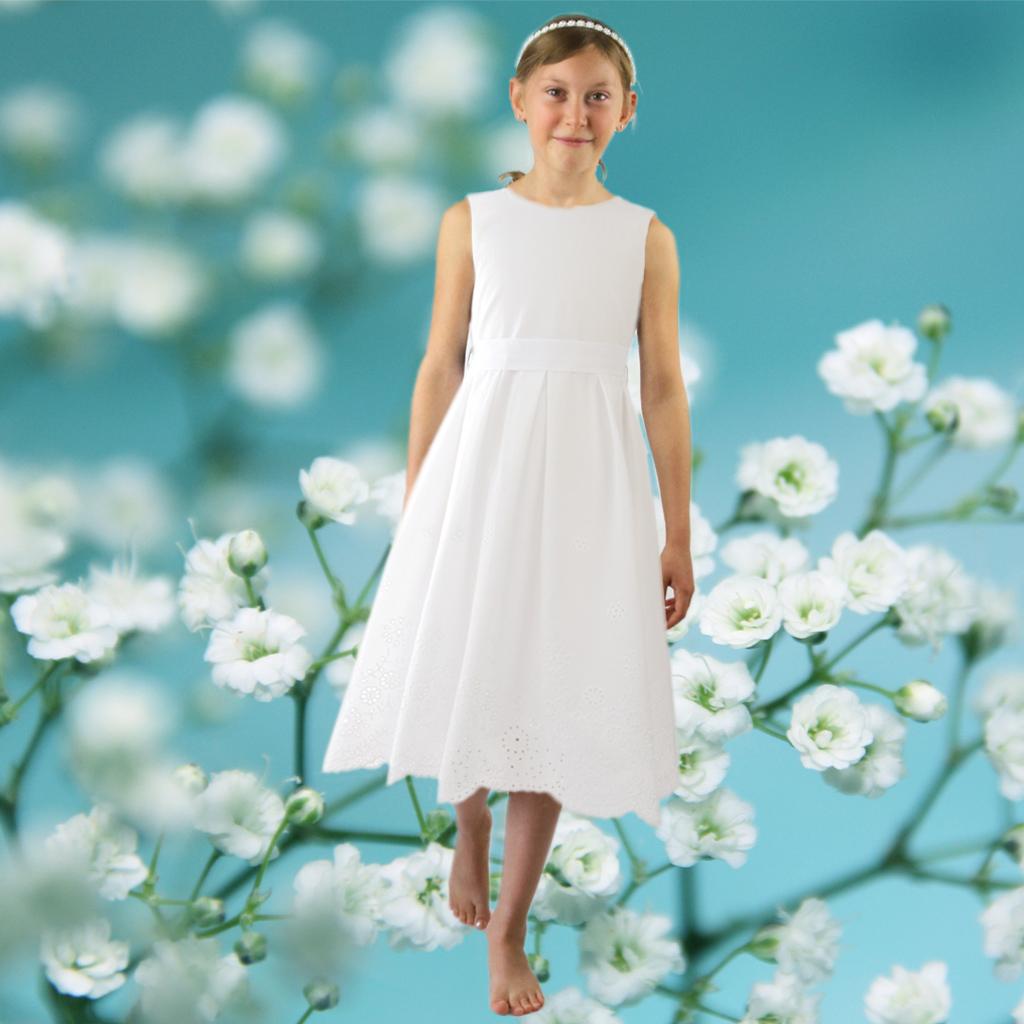 Ein natürliches Kommunionskleid aus Baumwolle mit feiner Lochstickerei. Hergestellt in München deutschlandweit versendet. Besonderev Erstkommunionskleider für Mädchen