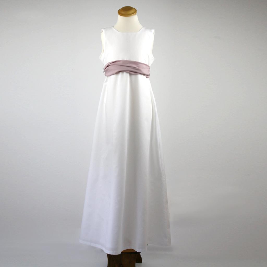 Baumwollbatist Kommunionkleid im spanischen Stil. Im münchener Atelier ma-eins werden verschieden Varianten für euch angefertigt.
