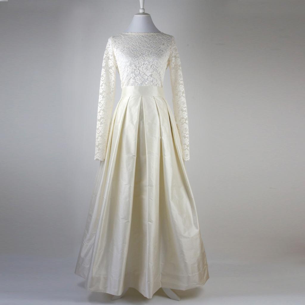 Hochzeitskleid mit langen Faltenrock und Spitzenoberteil. Hochzeitsmode aus München.