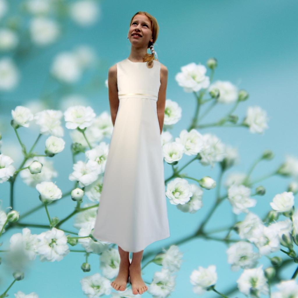 das Erstkommunionkleid Emma ist aus gedecktem Weißton