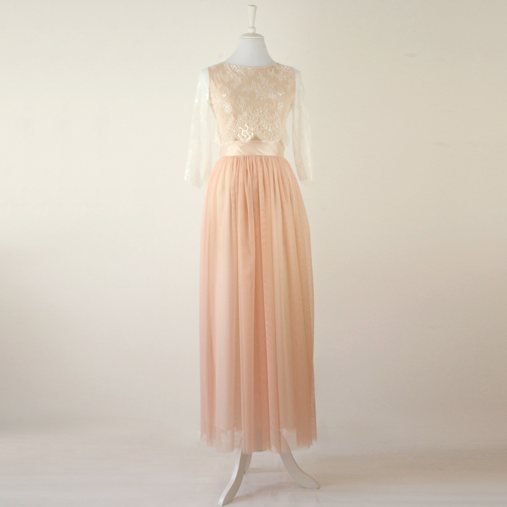 Zweiteiliges Brautkleid zur Hochzeit. Filigranes Brautoberteil und rosefarbener Brauttüllrock
