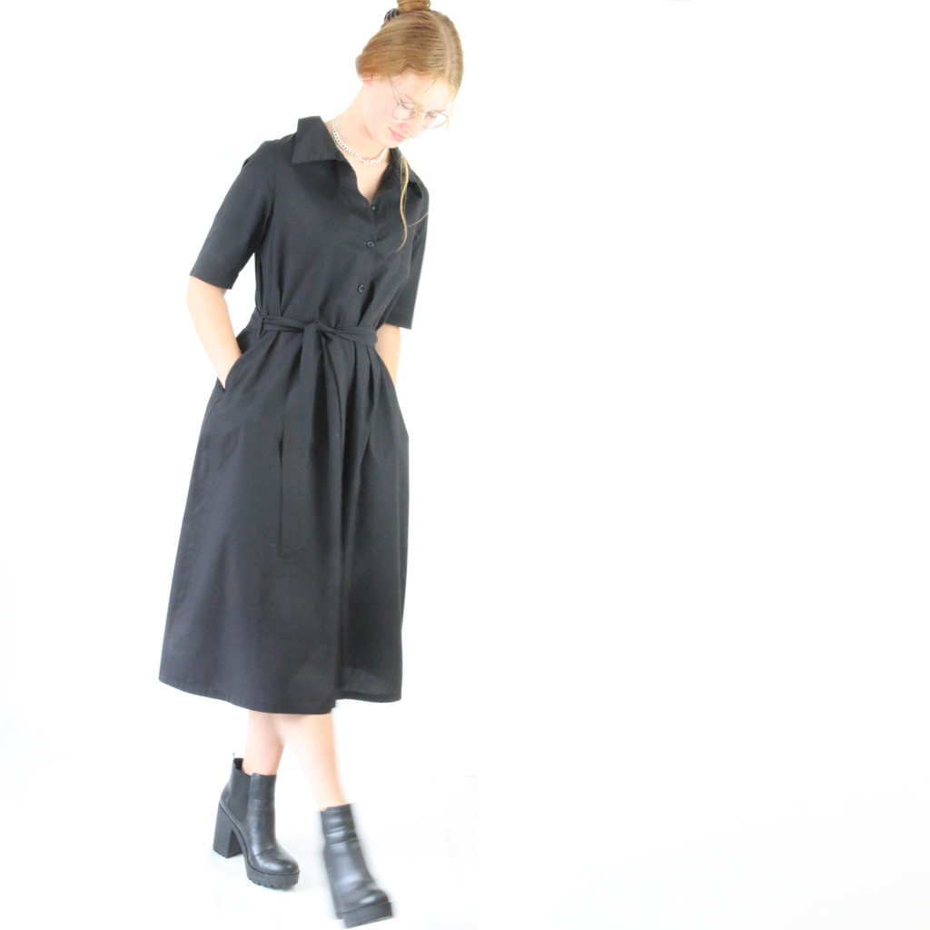 Hemdblusenkleid schwarz mit Falten und Gürtel. Fair hergestellt in München