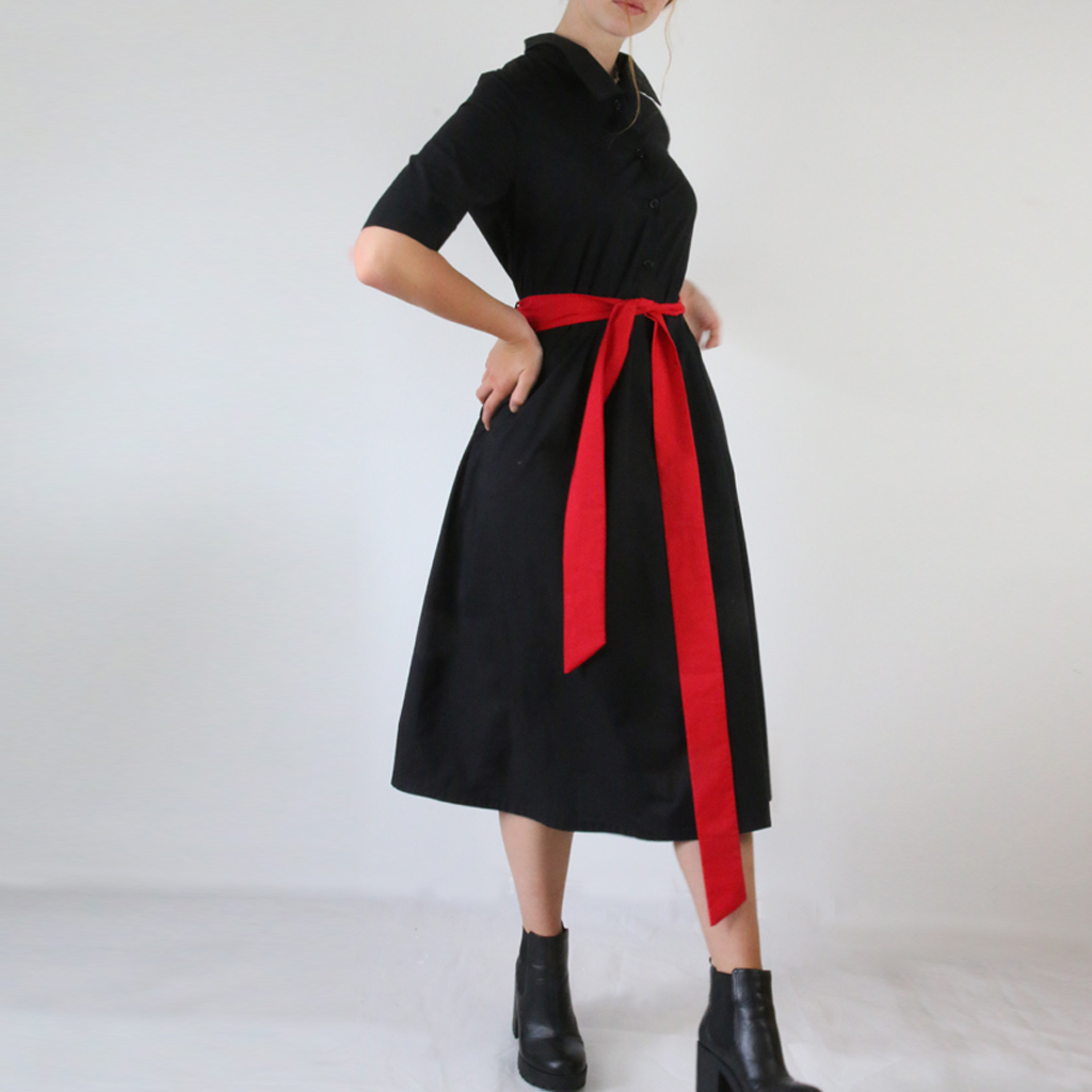 mit den unterschiedlichen Gürtelvarianten lässt sich der Look anders stylen. schwarzes Kleid mit rotem Gürtel
