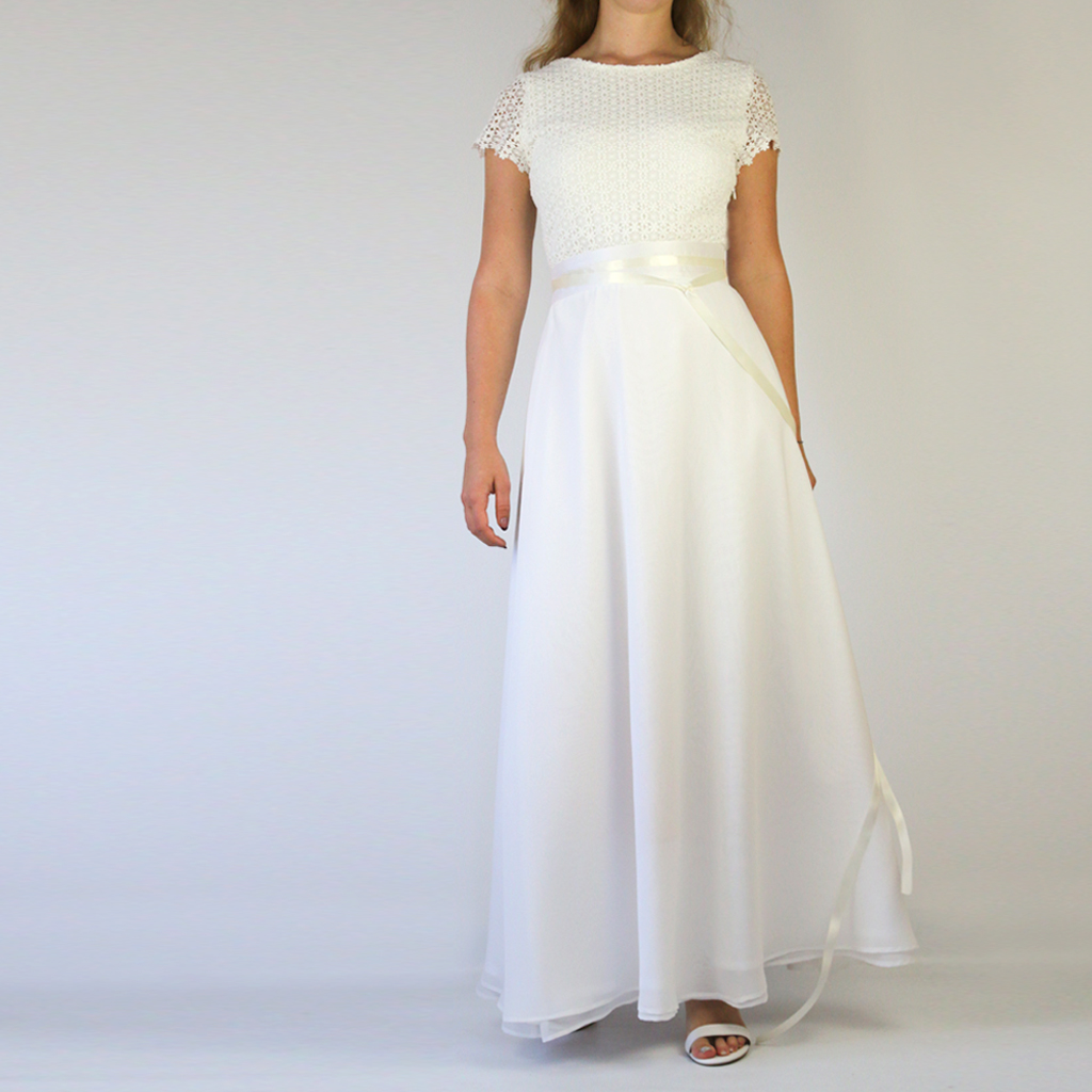 Mit einem langen edlen Brautrock wird es dein romantisch schlichtes Hochzeitskleid.