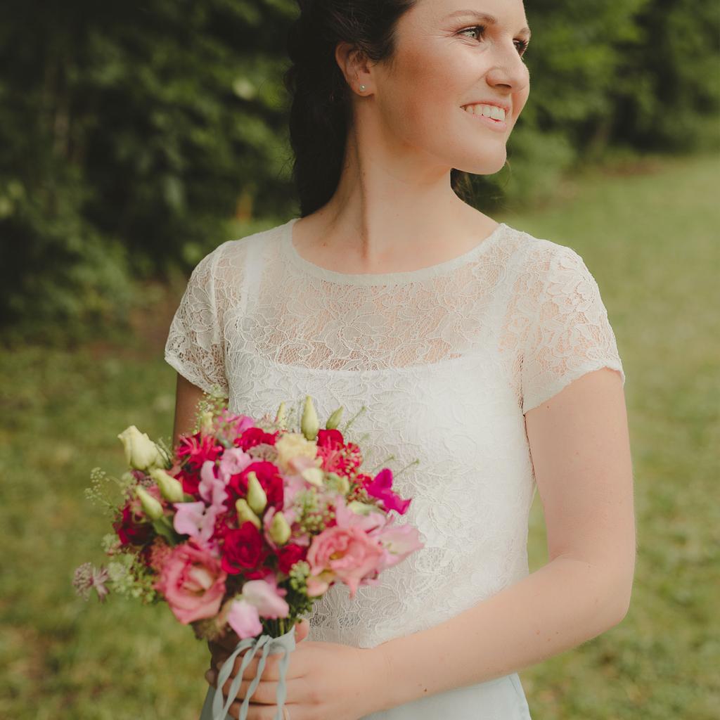 echte Braut mit Spitzenoberteil
