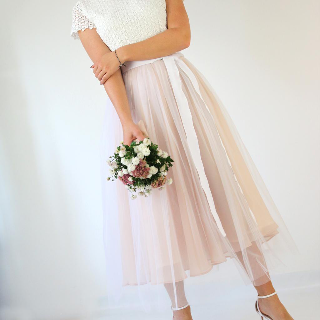 kurzes Hochzeitskleid mit Tüllrock in puderfarben