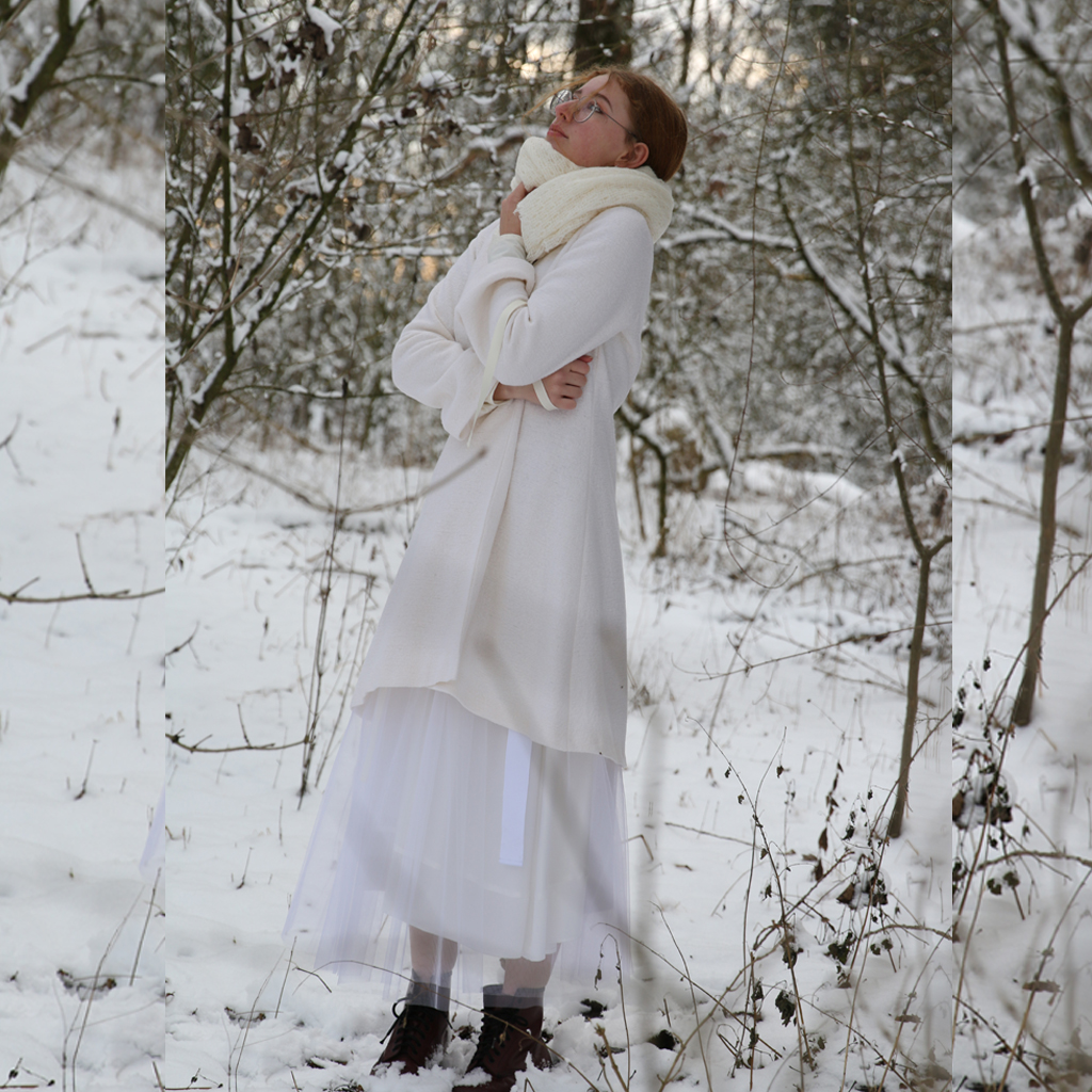Weißer Wollmantel für die Hochzeit im femininen Schnitt.