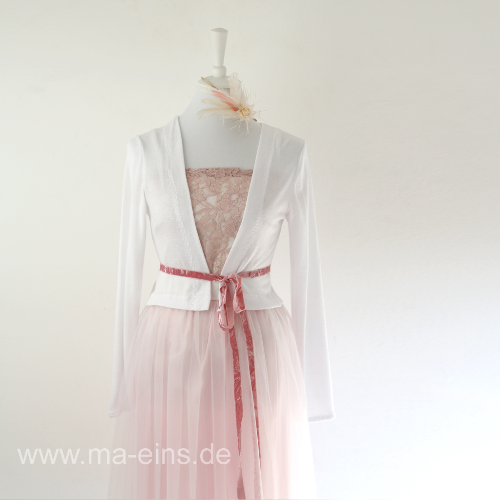 weiße Strickjacke zum Hochzeitskleid