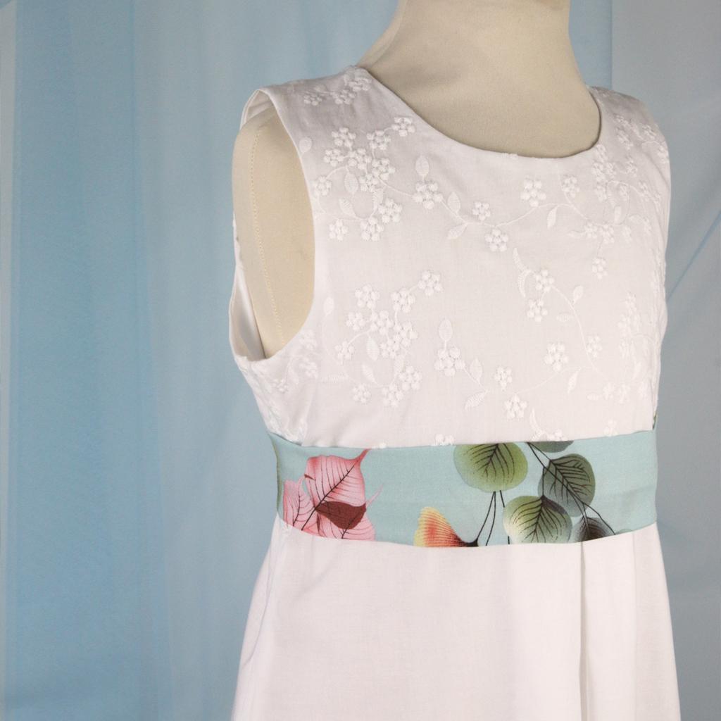 fröhliche bunte Gürtel machen aus dem weißen Kommunionkleid ein weißes Sommerkleid